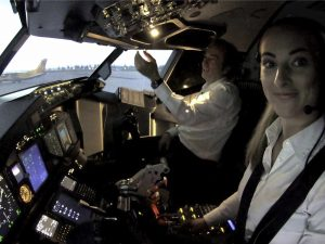 Olivia im Cockpit des Flugsimulators in München